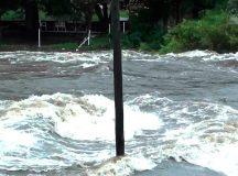 CÓRDOBA: Alertan a vecinos y turistas por la crecida de los ríos serranos
